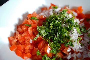 Tomaten, ui, basilicum in een kom. van Babetts Bildergalerie