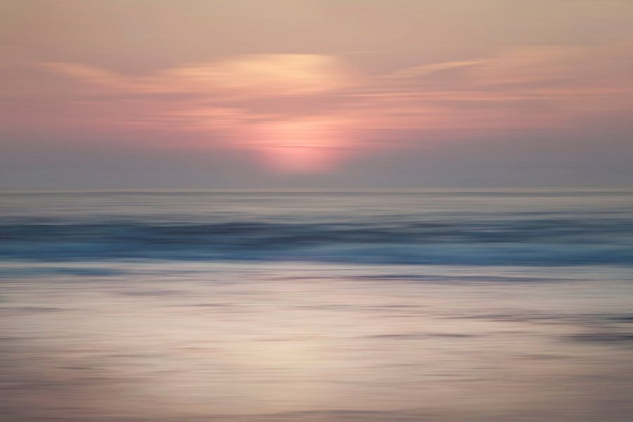 Abstracte zonsondergang Scheveningen van Arjen Roos