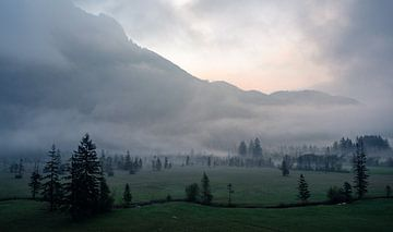 Mistvelden in Oberammergau van Anselm Ziegler Photography