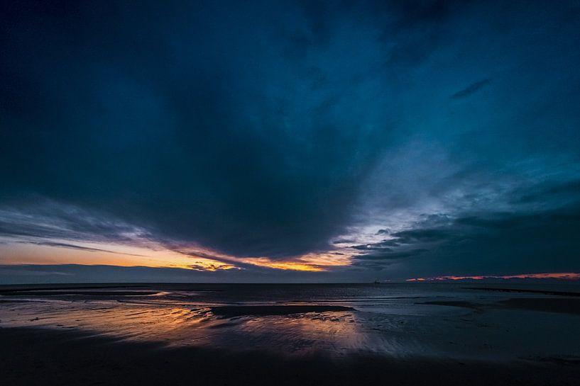 Blauw uur aan zee van Stephan Zaun