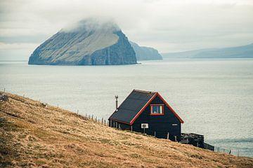 Huisje op een klif in de Faeröer Eilanden van Expeditie Aardbol