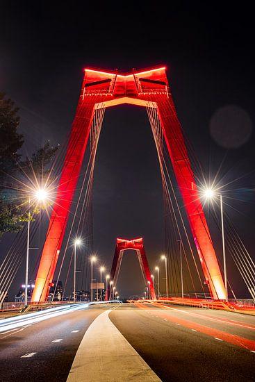 De Willemsbrug in Rotterdam in de avond