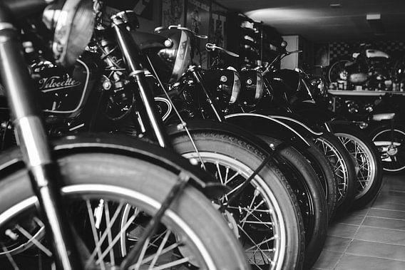 Oldtimer motorfietsen in schuur