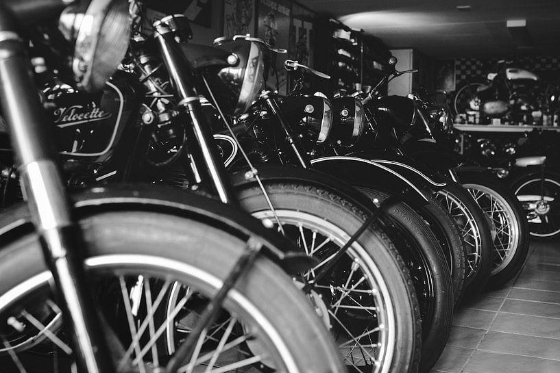 Oldtimer motorfietsen in schuur van Mijke Bressers