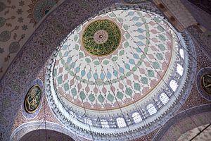 Intérieur du dôme de la Nouvelle Mosquée à Istanbul, Turquie, avec une belle mosaïque.