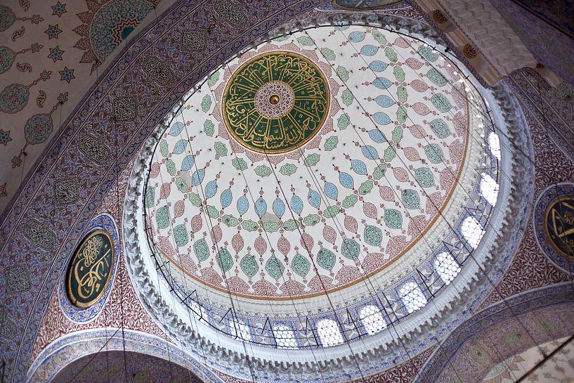 Binnenkant van de koepel van de Nieuwe Moskee in Istanbul, Turkije, met prachtige mozaik. van Eyesmile Photography