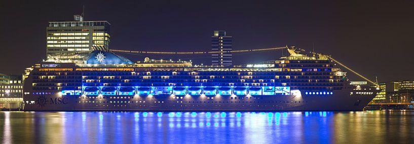 Nacht panorama cruiseschip MSC Magnifica te Amsterdam. van Anton de Zeeuw