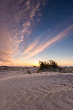 Bunter Sonnenuntergang am Strand von Zeeland