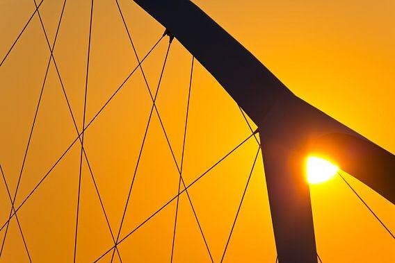 Zon tussen de boogdelen van De Oversteek te Nijmegen
