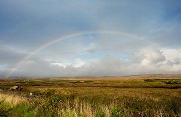 Regenbogen über Torffeld auf Islay von Femke Klaver