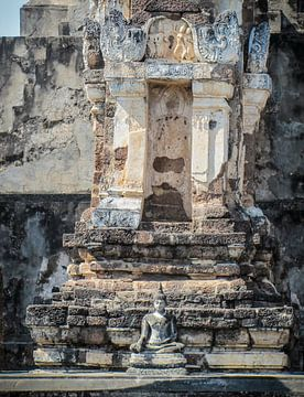 Klein Boeddhabeeld voor de tempelruine van Sukhothai, Thailand van Rietje Bulthuis