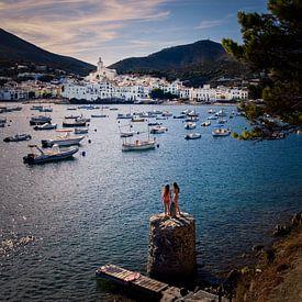 Uitzicht over de haven van Cadaqués in Spanje van Ipo Reinhold