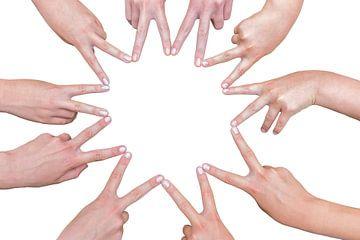 Hände  und Finger vieler Mädchen bilden einen zehn spitzen Stern von