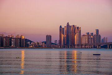 Skyline van Busan in de avond van Mickéle Godderis