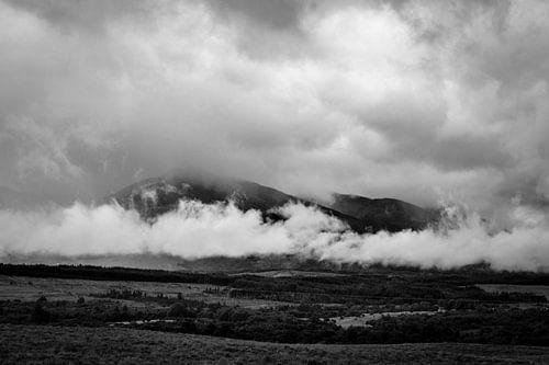 Ben Nevis gehuld in wolken van