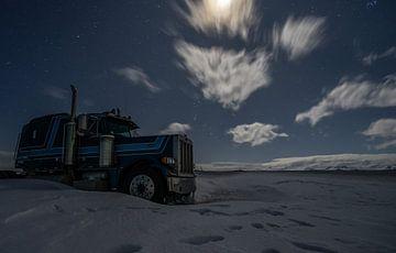 Peterbilt Truck in de nacht van Mario Calma