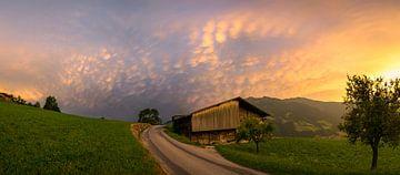 Bunte Mammatuswolken über den Alpen von Menno van der Haven
