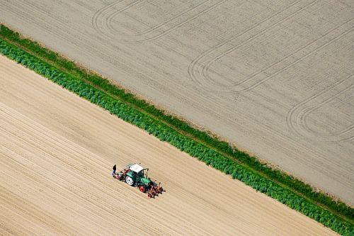 Een boer bewerkt z'n land