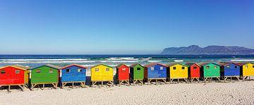 Kleurrijke strandhuisjes badhuizen strand Kaapstad in Zuid Afrika van John Stijnman