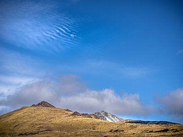 De maan boven de bergen van Fiordland in Nieuw-Zeeland van Rik Pijnenburg