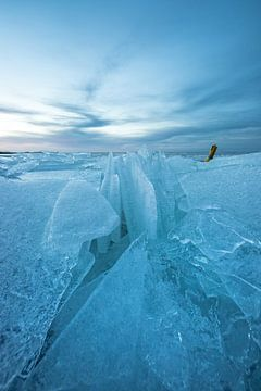 Kruiend ijs op het IJsselmeer bij Stavoren! van Peter Haastrecht, van