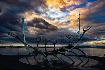The Sun Voyager, Reykjavik, IJsland bij zonsondergang van Anne Ponsen
