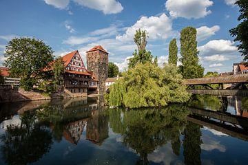 Rivier de Pegnitz en bruggen door centrum van Nuremberg van Joost Adriaanse