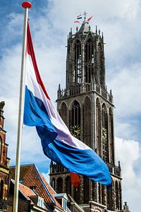 Nederlandse vlag wappert voor de Utrechtse Domtoren op Koningsdag.