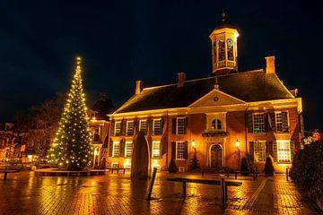 Historisches Rathaus von Dokkum in den Niederlanden bei Nacht zu Weihnachten von Nisangha Masselink