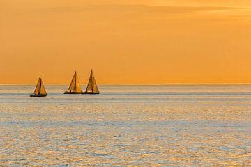 Bateaux à voile au coucher du soleil sur Cor de Bruijn