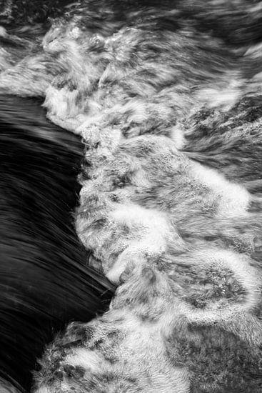 Wasser eines Baches in Detailansicht