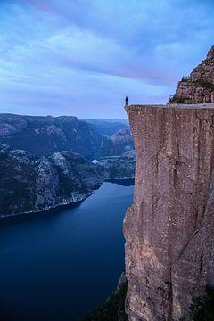 Mann am Preikestolen in Norwegen - Blaue Stunde von Adalbert Dragon Dragon