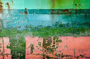 Kleurrijke scheepsromp met diepgangsmerk