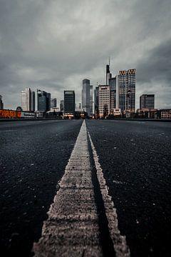 Weg naar de skyline van Frankfurt van Fotos by Jan Wehnert