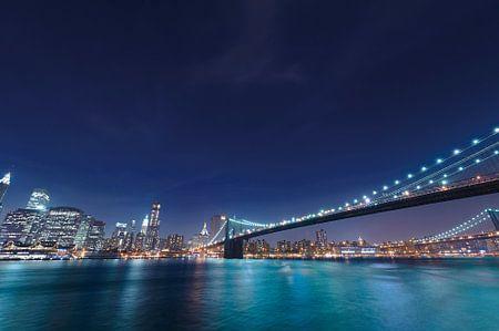 Ansicht der Brooklyn Bridge am East River in der Nacht in Manhattan, New York, USA