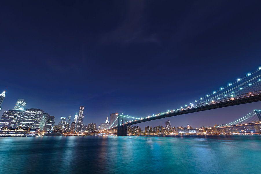 Zicht op Brooklyn Bridge over de East River in de nacht in Manhattan, New York, Verenigde Staten