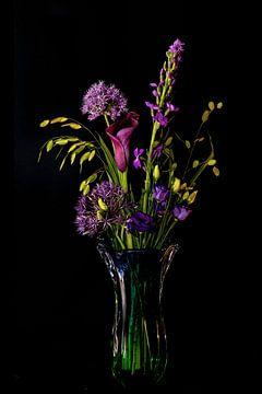 boeket met paarse bloemen in een Murano vaas van Hanneke Luit