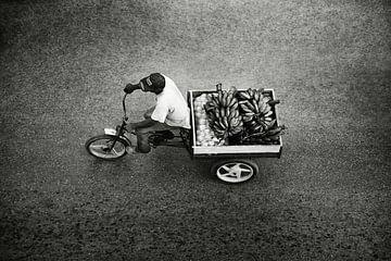 Mann auf Fahrrad mit Bananen Kuba Havanna von Lars Beekman