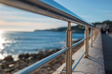 Railing en zee van Joran Maaswinkel