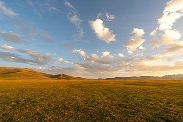 Zonsondergang bij Song Kul in Kirgizië van Mickéle Godderis