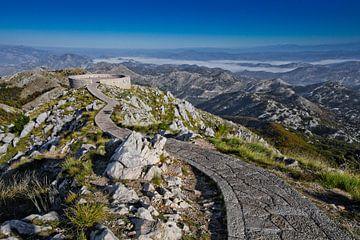 chemin de pierre, la route bordée de dalles passe par un haut col pour rejoindre le pont d'observati sur Michael Semenov