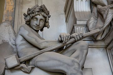 Ange avec marteau sur Joost Adriaanse