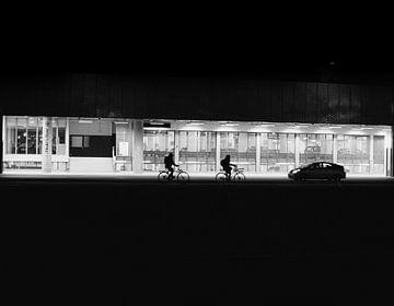 Silhouetten van twee  fietsende mensen in Utrecht van Bart van Lier