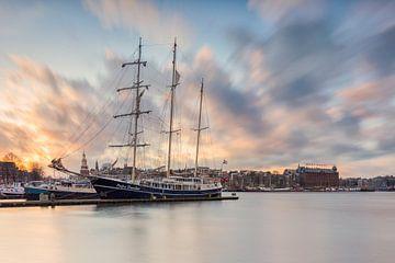 Skyline Amsterdam mit Segelschiff von Dennisart Fotografie