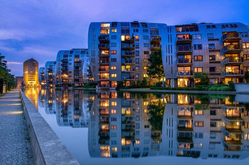 Appartementen weerspiegelen in het water. van Rene Siebring