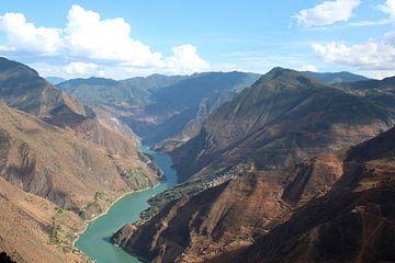 Yangtze door de bergen van Yunnan, China van Ingrid Meuleman