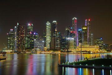 Singapurs Skyline bei Nacht von Martin de Hoog