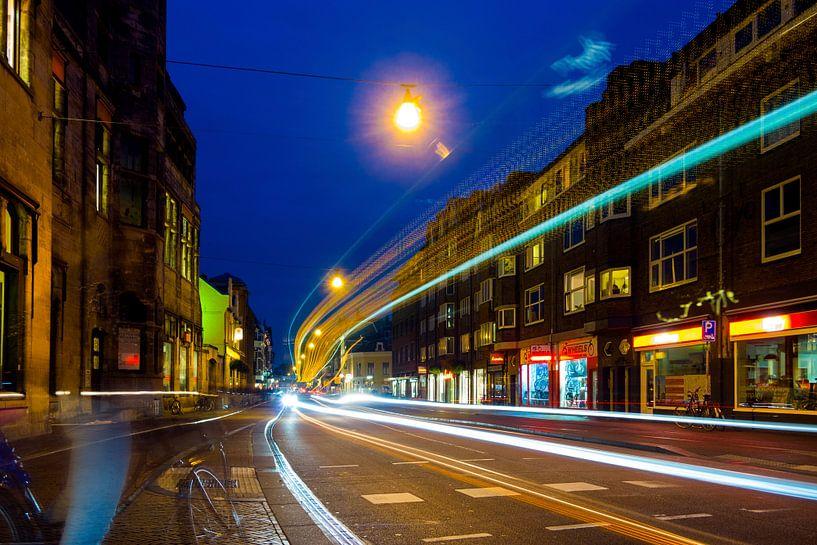 Avond met stadsverkeer. Nobelstraat, Lange Jansstraat, Utrecht. van George Ino