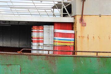 Bunte Kisten auf Schiff van Anne Sensendorf