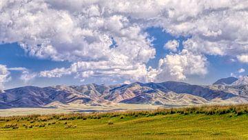 Zonovergoten bergrug met blauwe lucht en de indrukwekkende wolken van Tony Vingerhoets